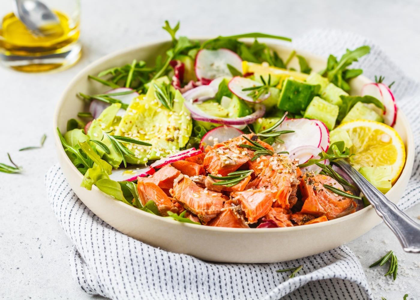 taça com salada com salmão e kiwi