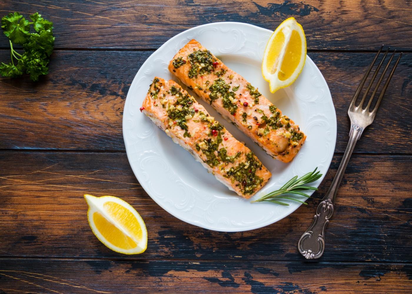 prato com salmão ao alho