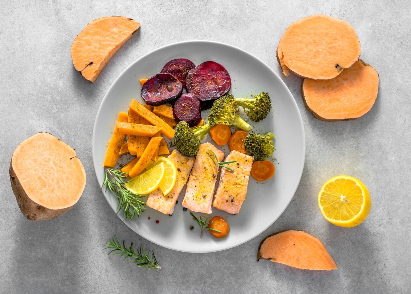 prato com salmão, batata-doce, brócolos e beterraba