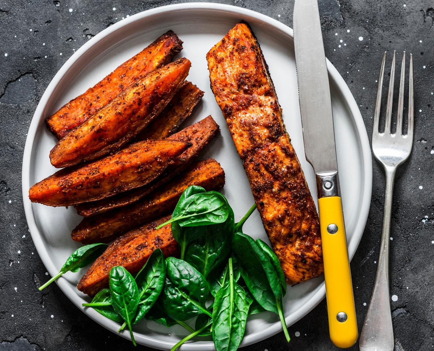 salmão no prato com especiarias com batata-doce no forno