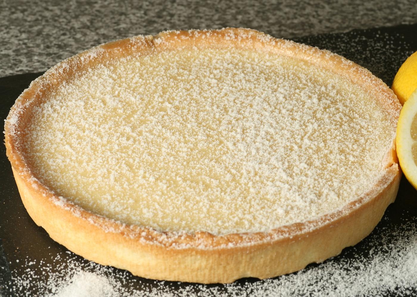 tarte de limão inteira com açúcar polvilhado