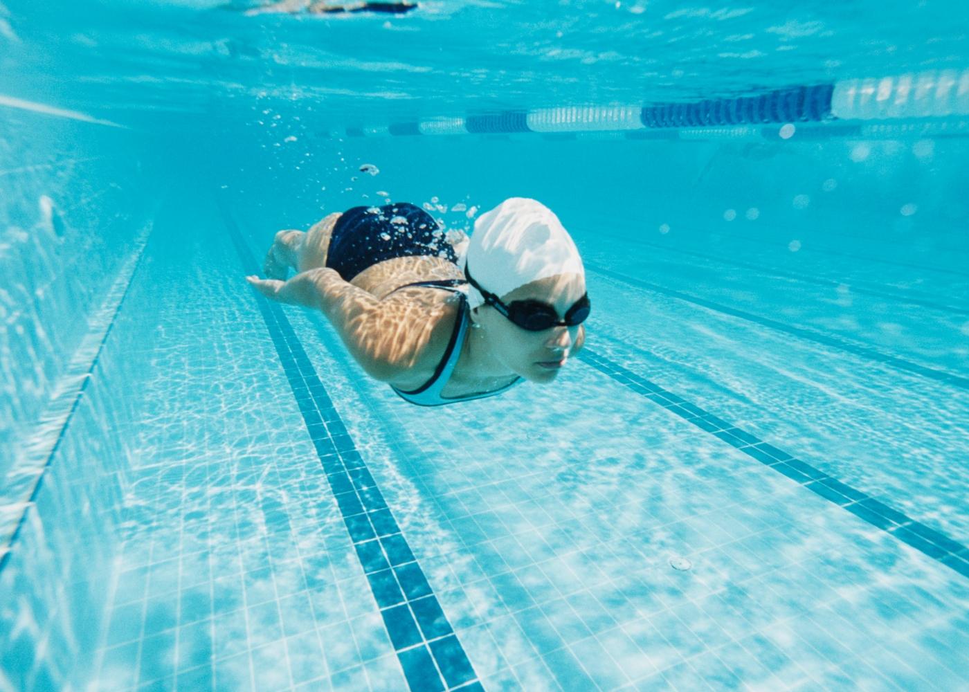 Adolescente em aula de natação
