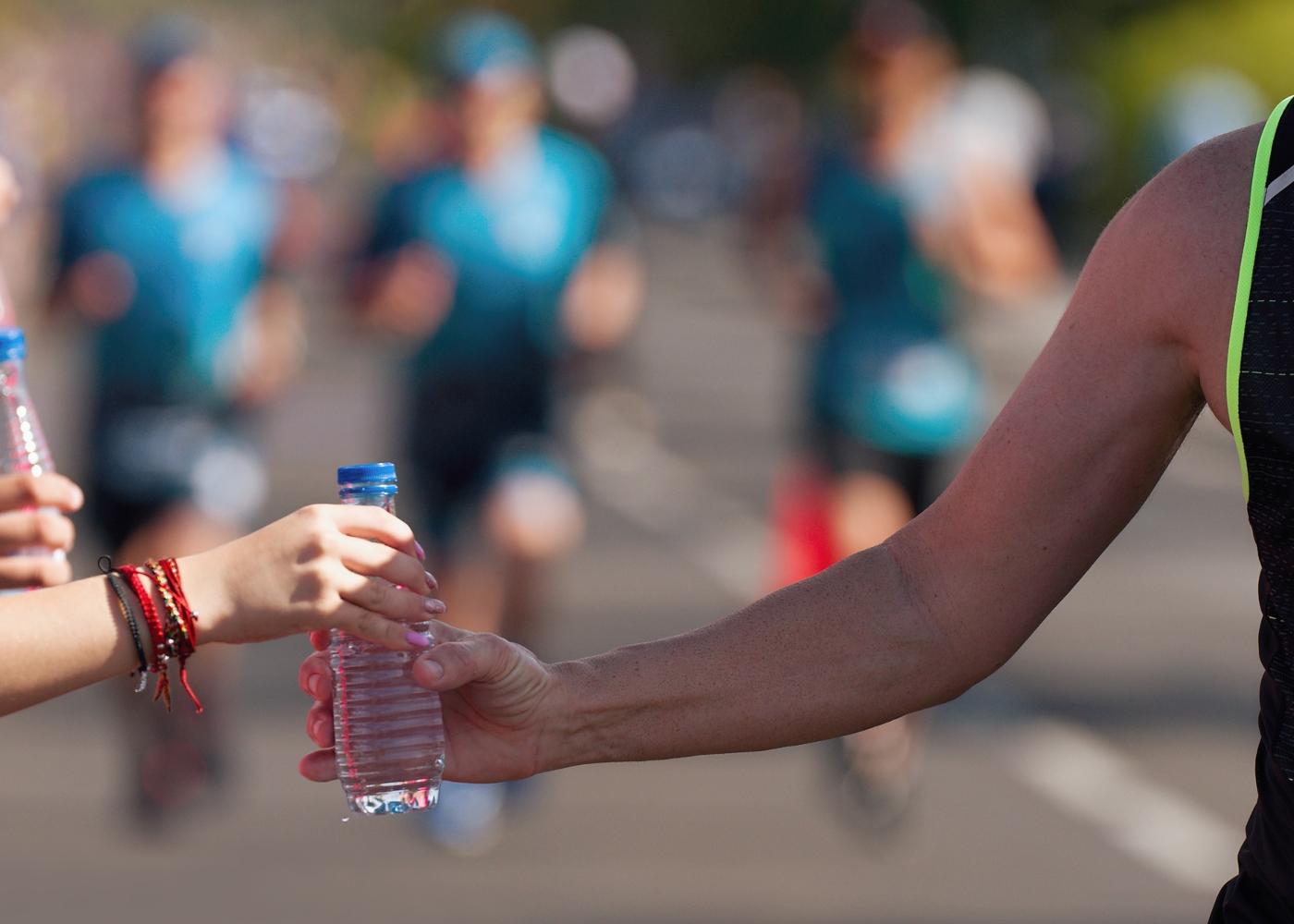 Atleta a abastecer-se de água numa maratona