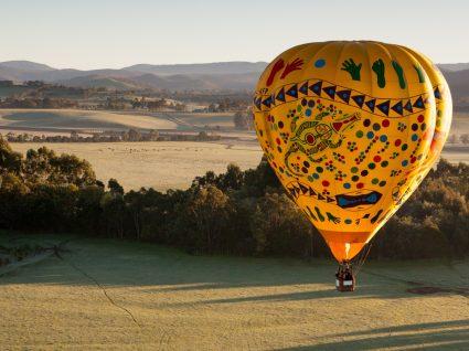 Família a fazer um passeio de balão de ar quente