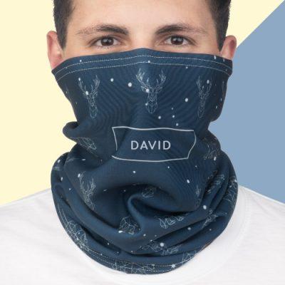 Homem com máscara personalizada