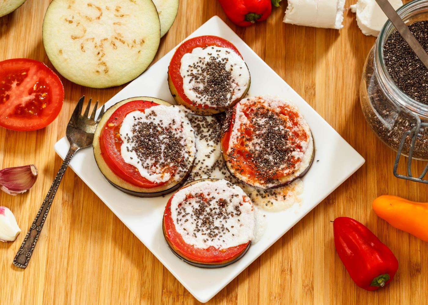 rodelas de beringela grelhada com tomate e queijo cabra