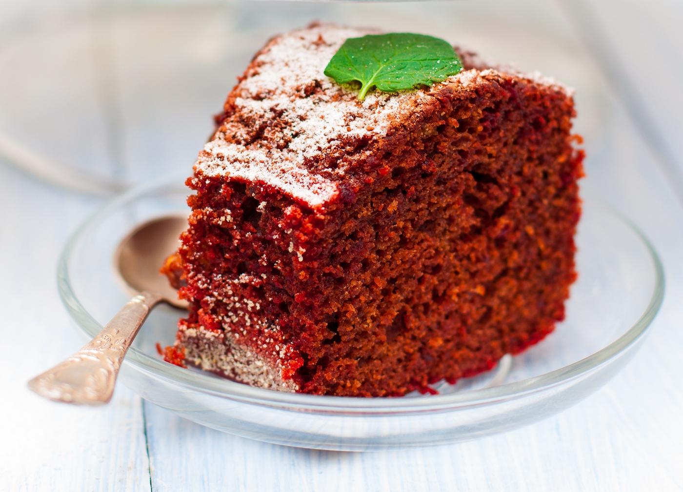fatia de bolo de beterraba saudável