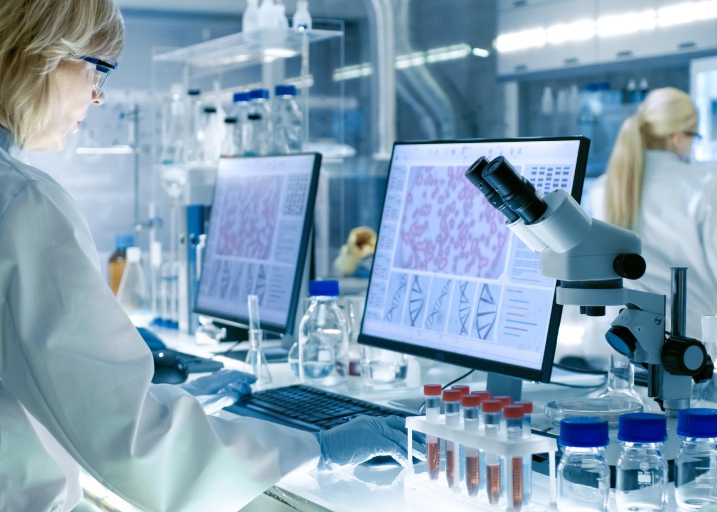 Cientistas a analisar vírus num laboratório