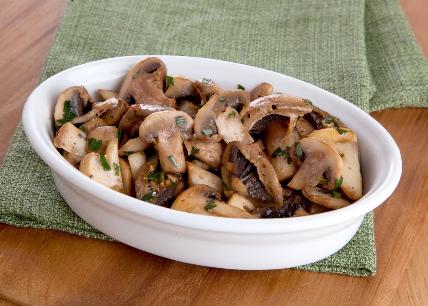 taça com salteado de cogumelos e beringela