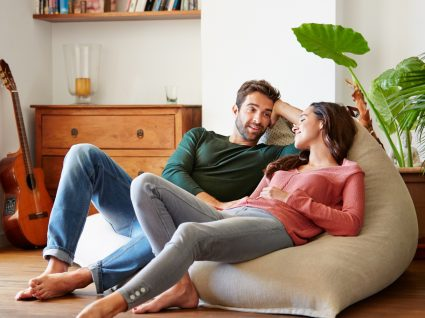 Casal a conversar sobre a possibilidade de conseguir engravidar
