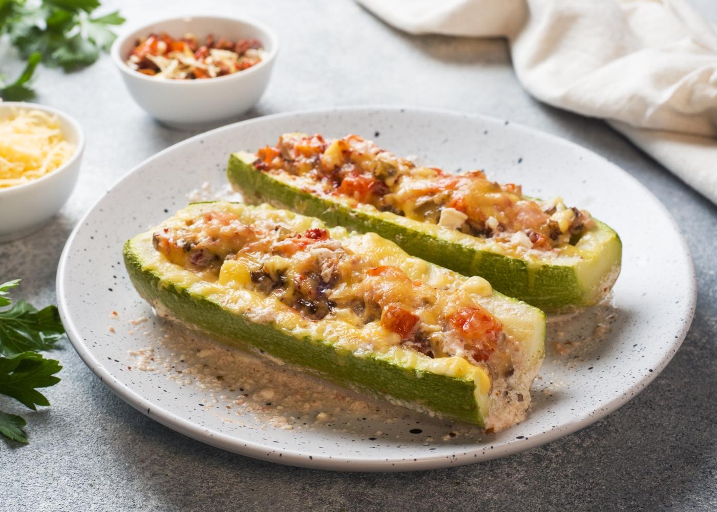 prato com courgettes recheadas com legumes