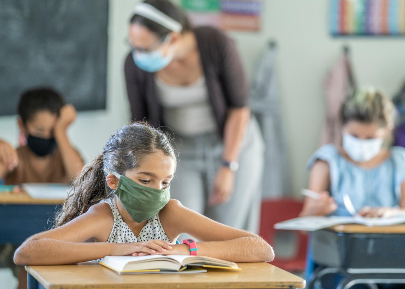 Crianças numa aula com máscaras
