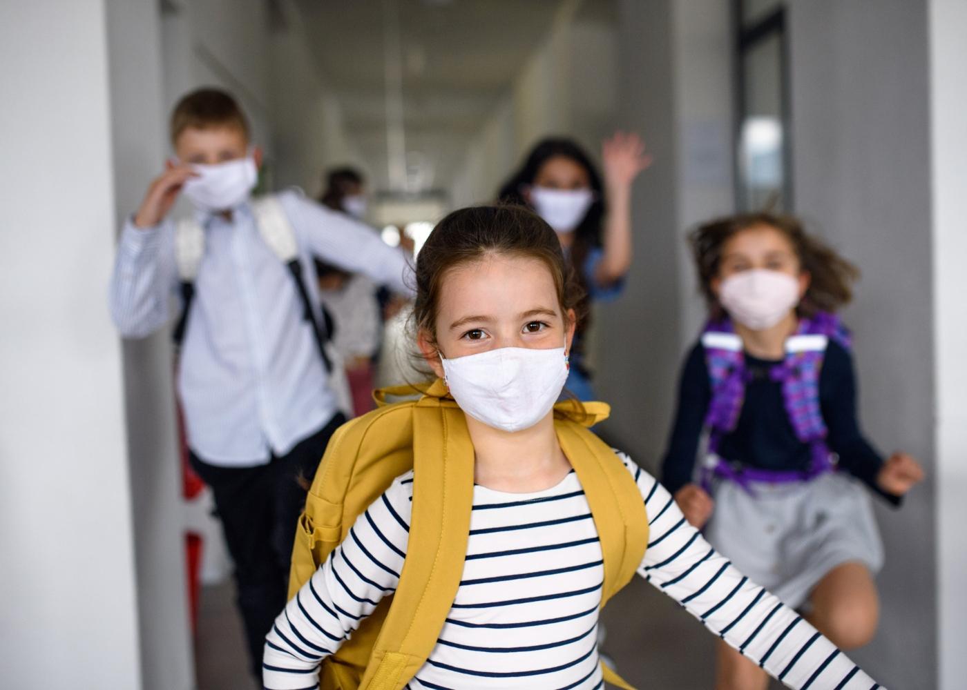 Crianças com máscara na escola