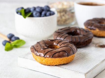 Donuts vegan com cobertura de chocolate em cima de mesa
