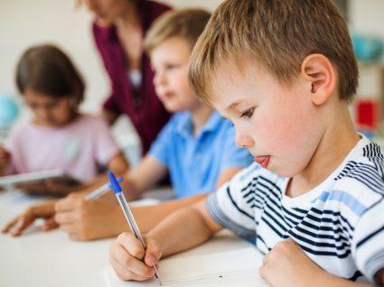 Meninos na escola a aprender conteúdos sobre educação para a saúde