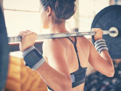 Mulher no ginásio a fazer EPOC com treino de força
