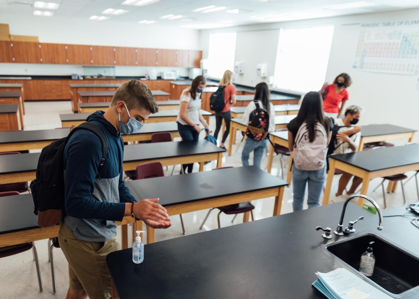 Estudantes a entrar na sala de aula