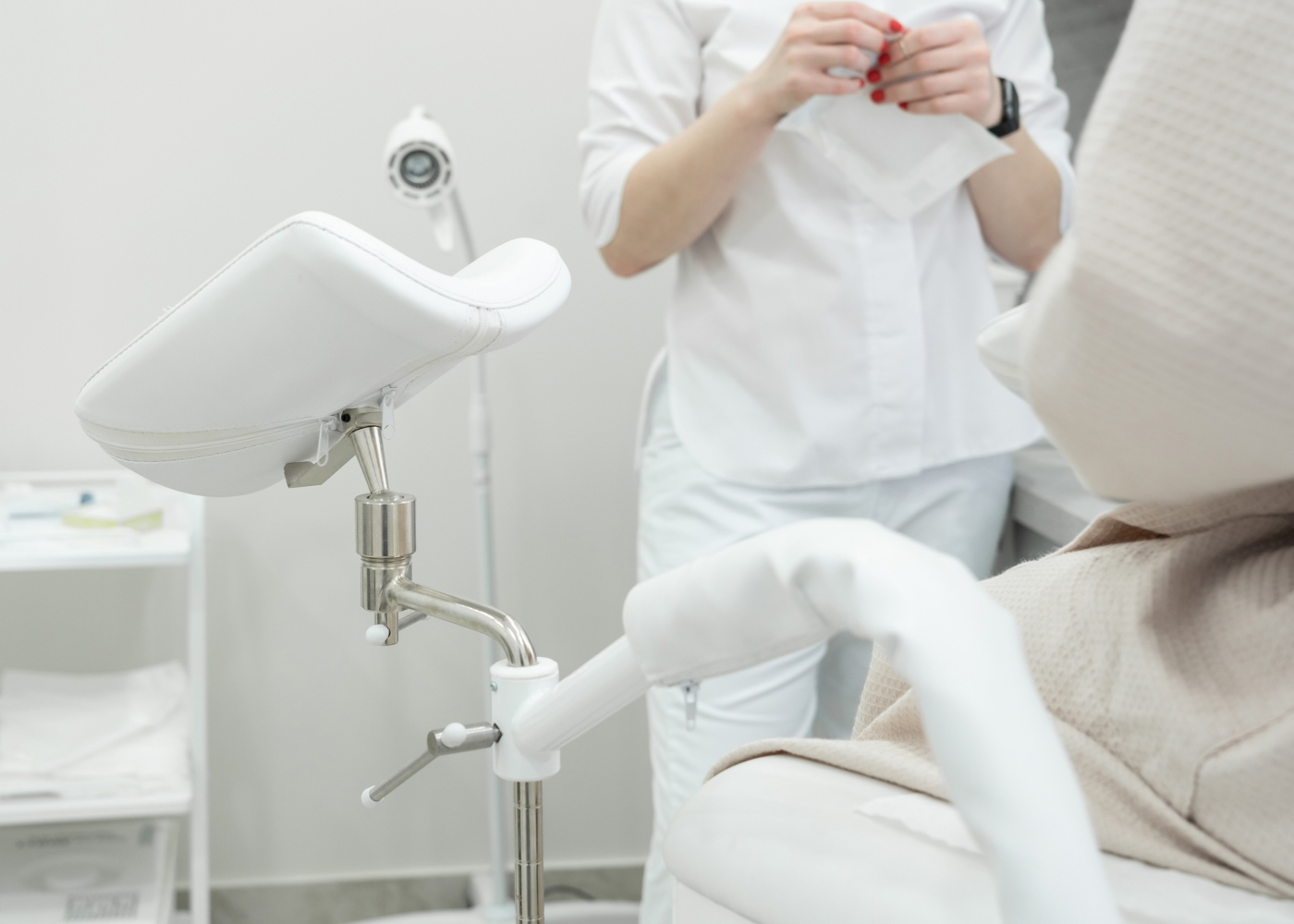 Ginecologista a preparar-se para fazer exame de toque vaginal a paciente