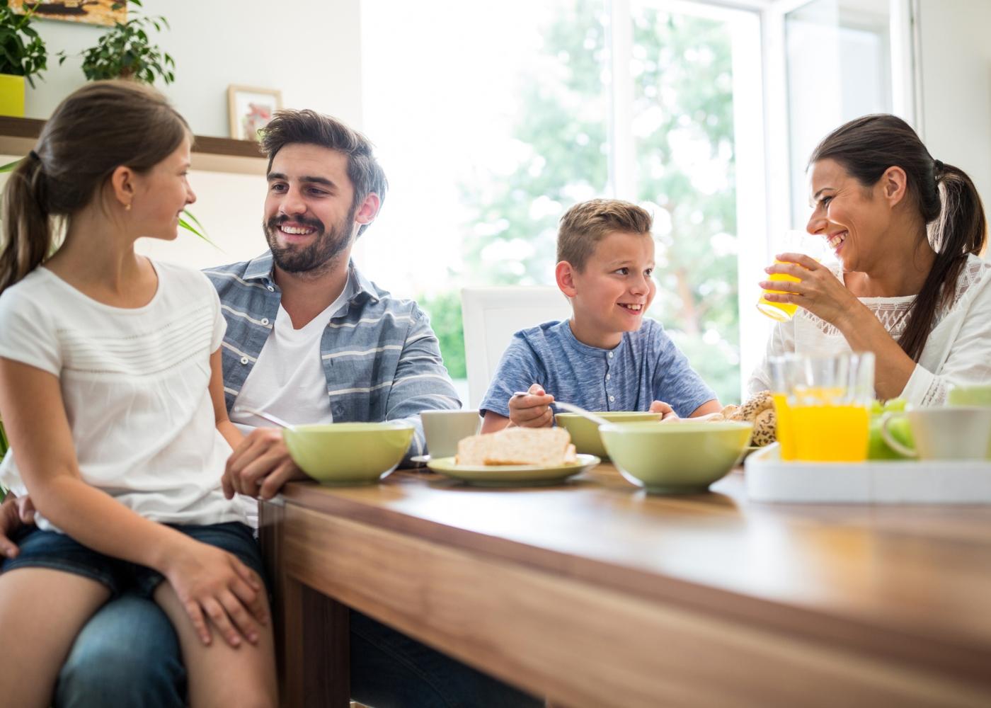 Familia a tomar pequeno-almoço
