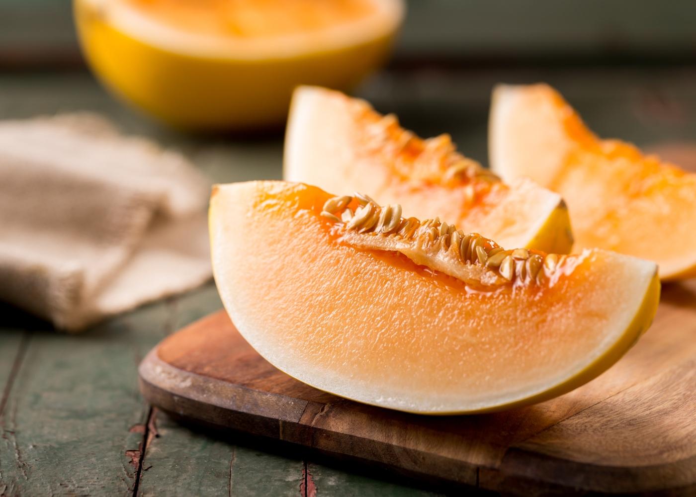 Fatias de melão em tábua de madeira