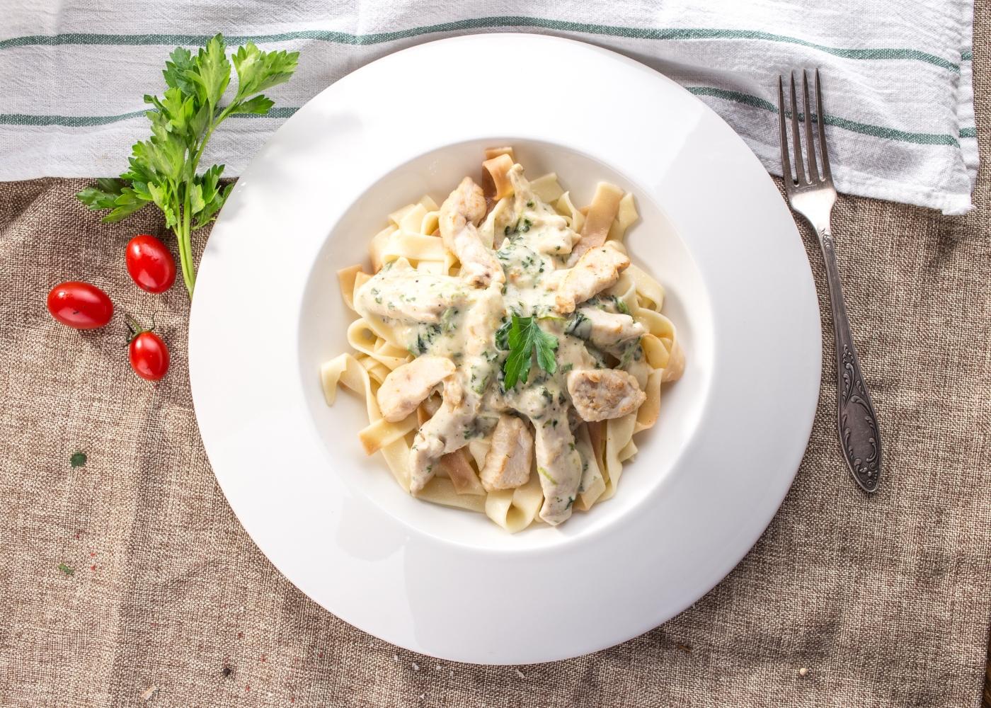 massa num prato branco com cogumelos e frango