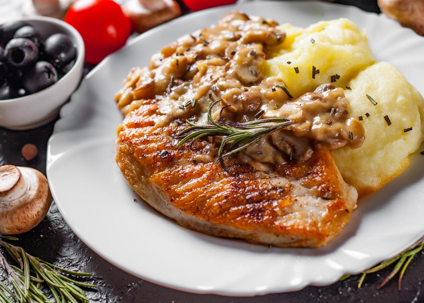 prato com frango estufado e puré