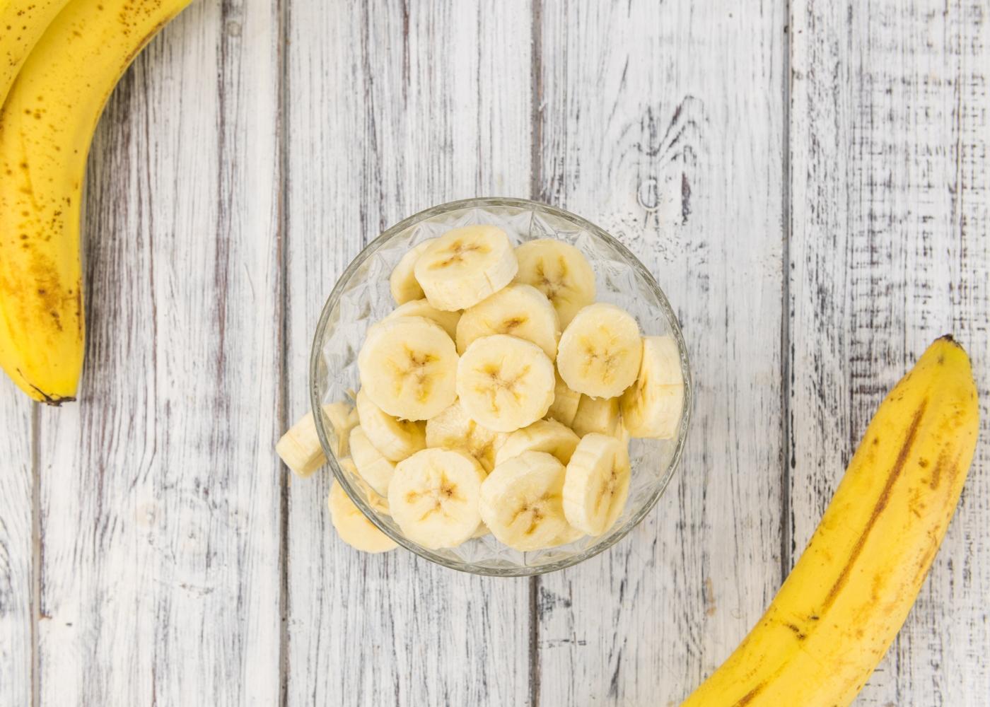 Frasco com banana fatiada