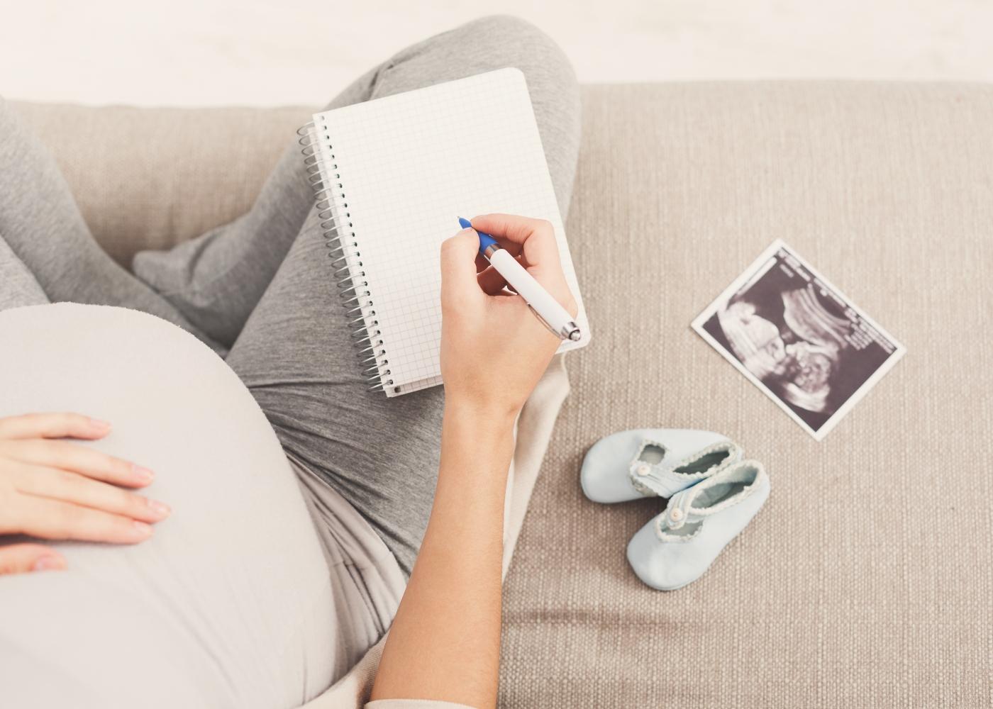 Grávida a apontar o que precisa levar para a maternidade
