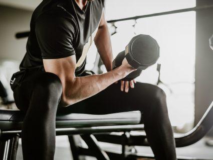 Homem a fazer treino de hipertrofia muscular no ginásio