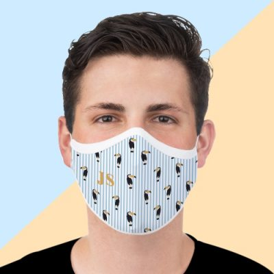 Jovem com máscara personalizada