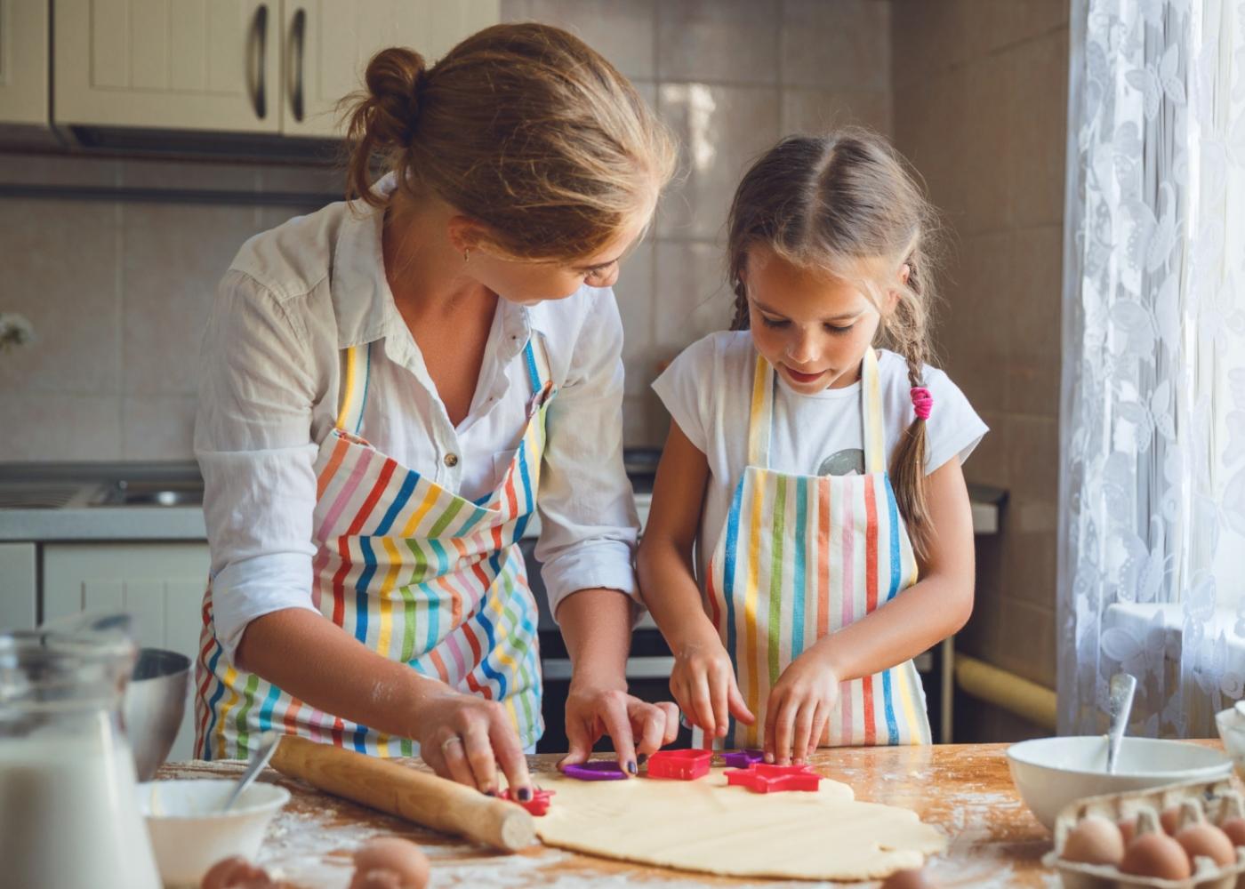Mãe e filha na cozinha a fazer bolachas