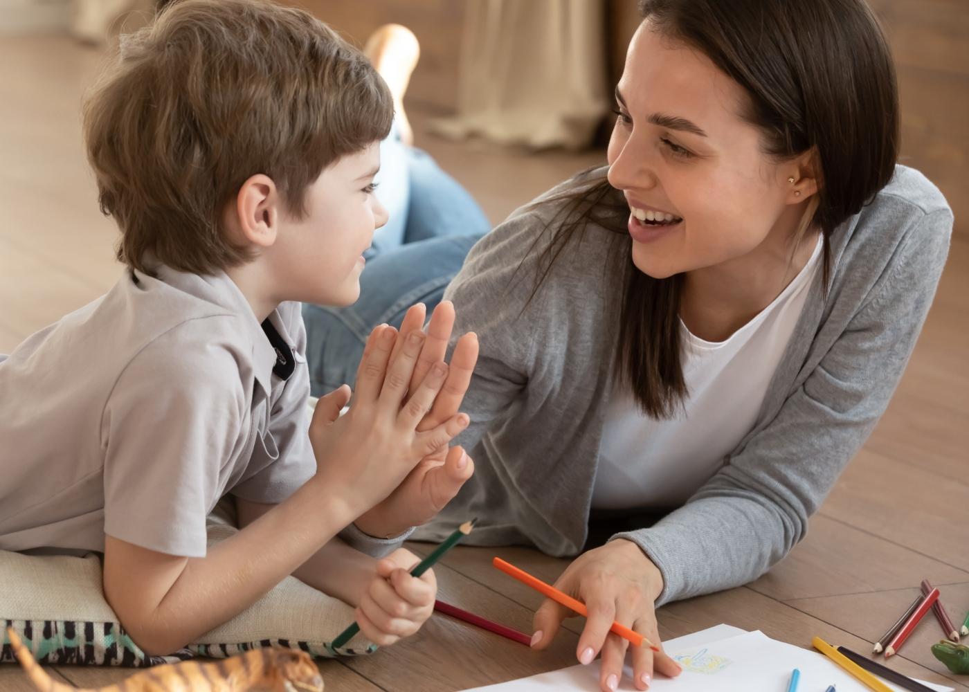 Mãe e filho a fazer atividades lúdicas em casa