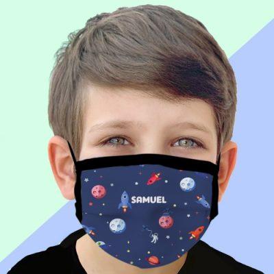 Menino com máscara personalizada