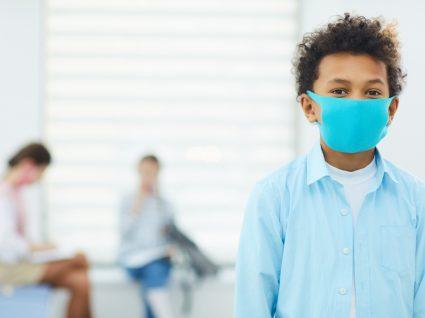 Criança a usar máscara da MO