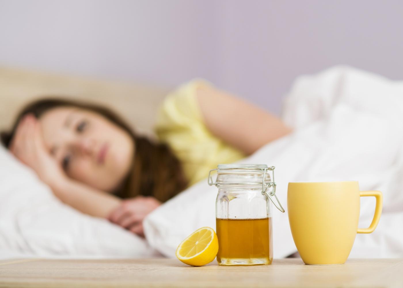 Menina com gripe deitada na cama