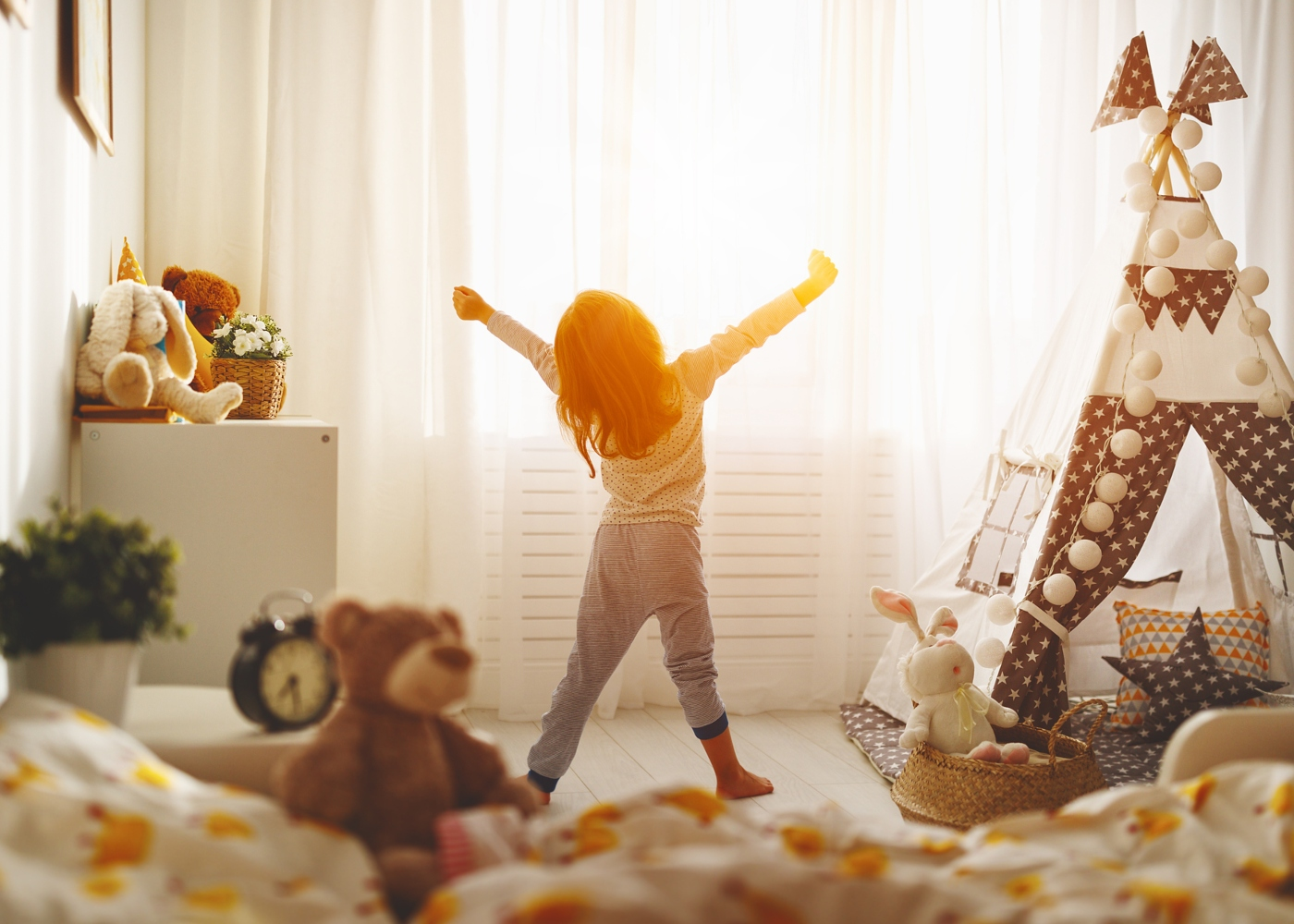 Menina a levantar-se da cama de manhã