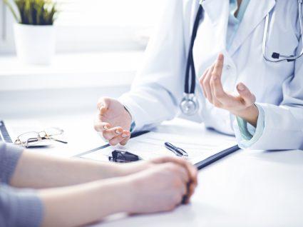 Saúde em Dia: mulher numa consulta médica