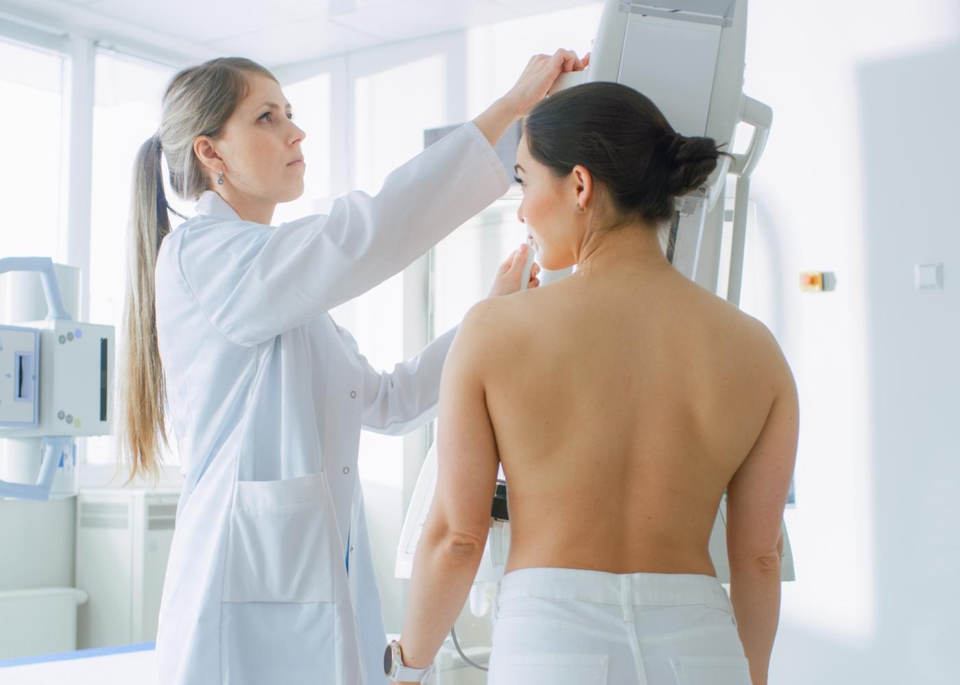 Mulher a fazer mamografia