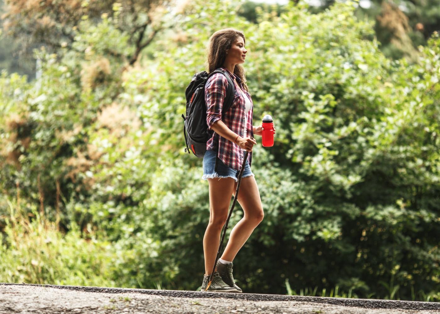 Mulher a fazer trekking na Serra de Sintra