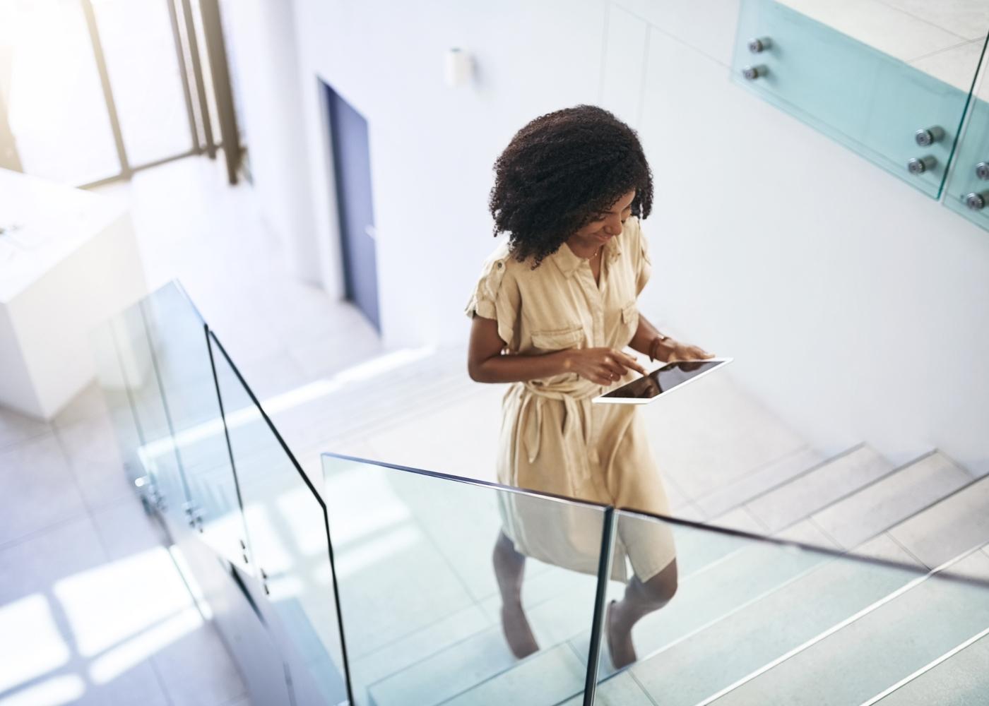 Mulher a subir vão de escadas na empresa