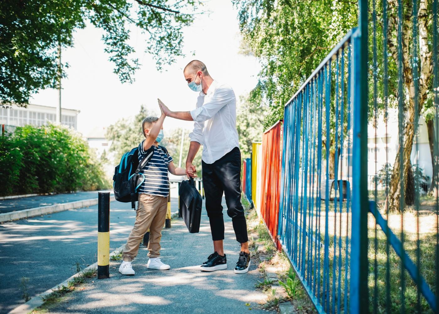 Pai levar filho à escola