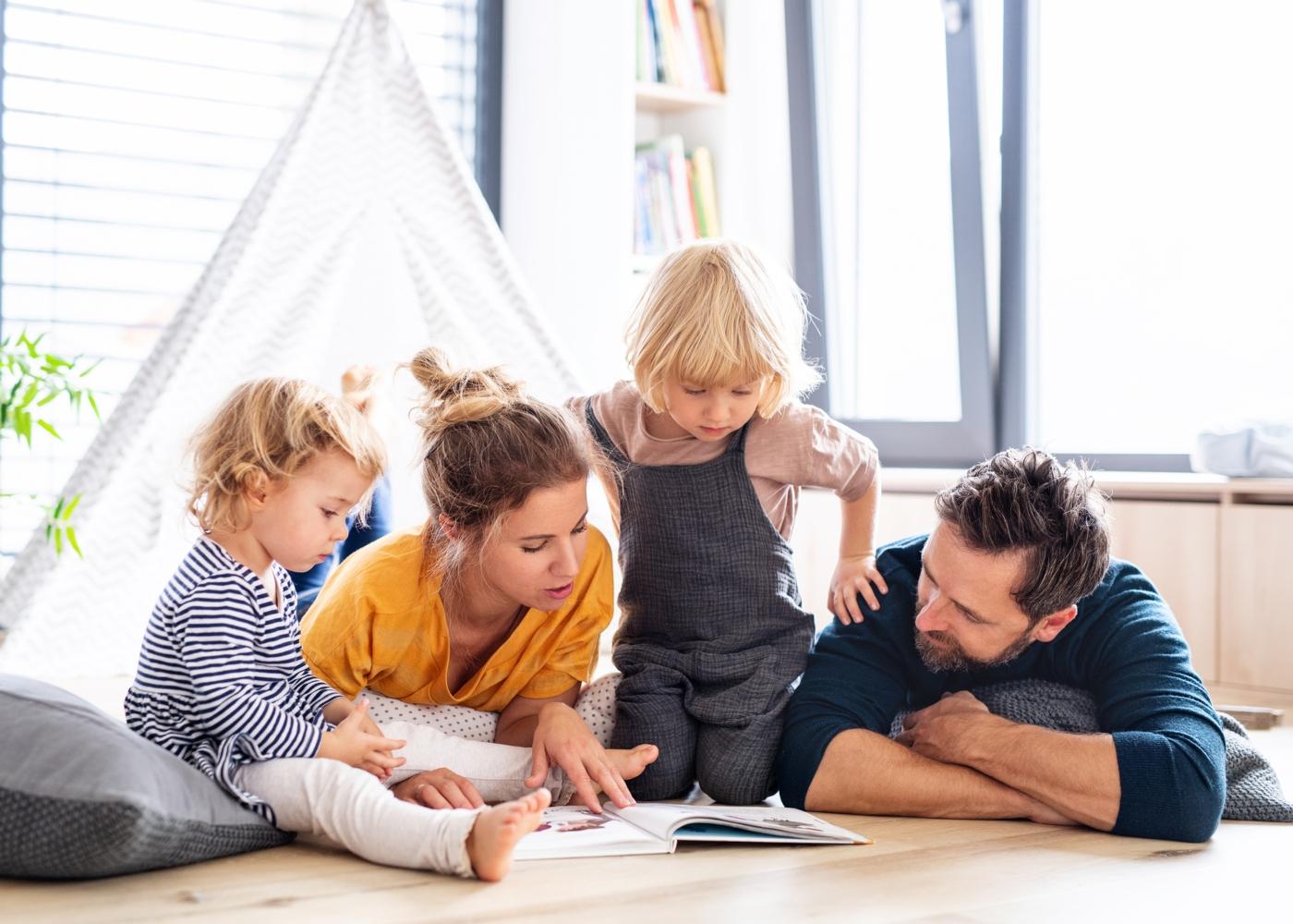 Pais a ler uma história aos filhos