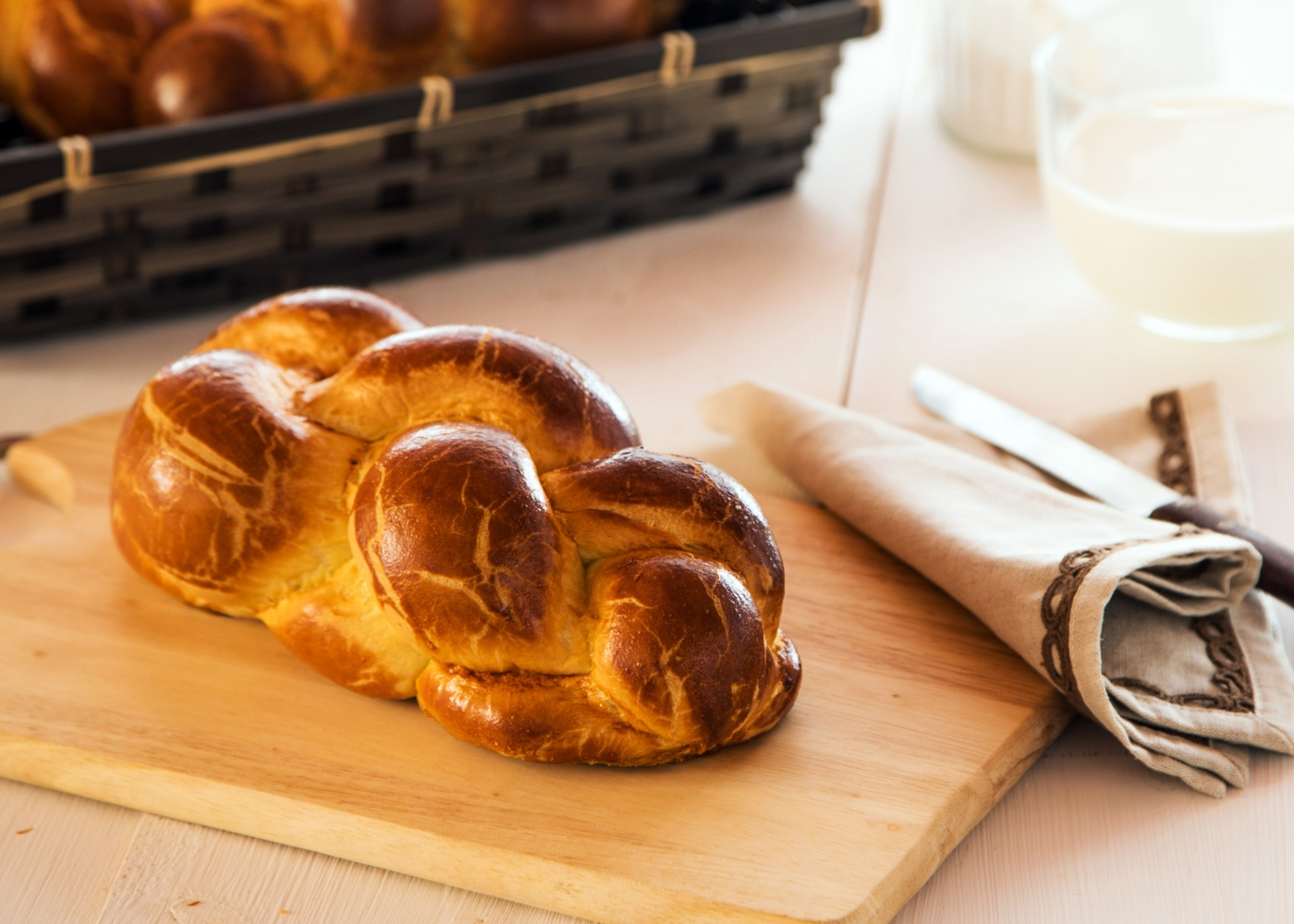 Pão trançado doce em cima de tábua de madeira