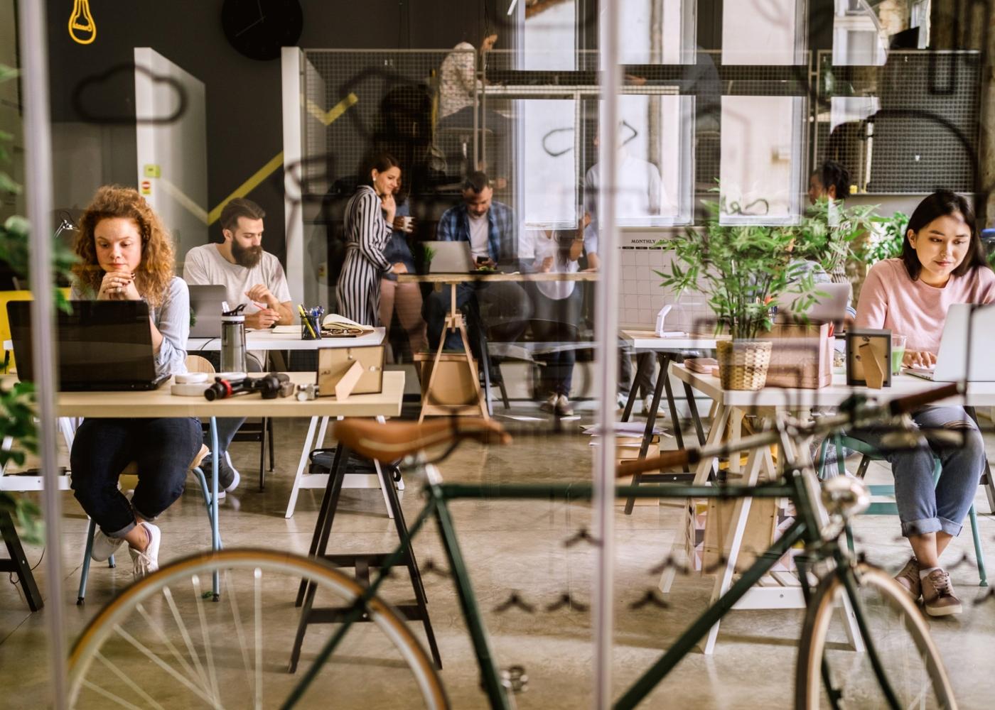 Grupo de pessoas a trabalhar num escritório