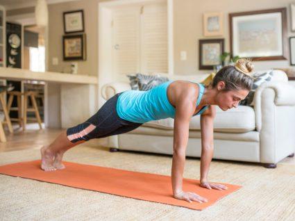 Mulher a fazer plano de treino funcional em casa