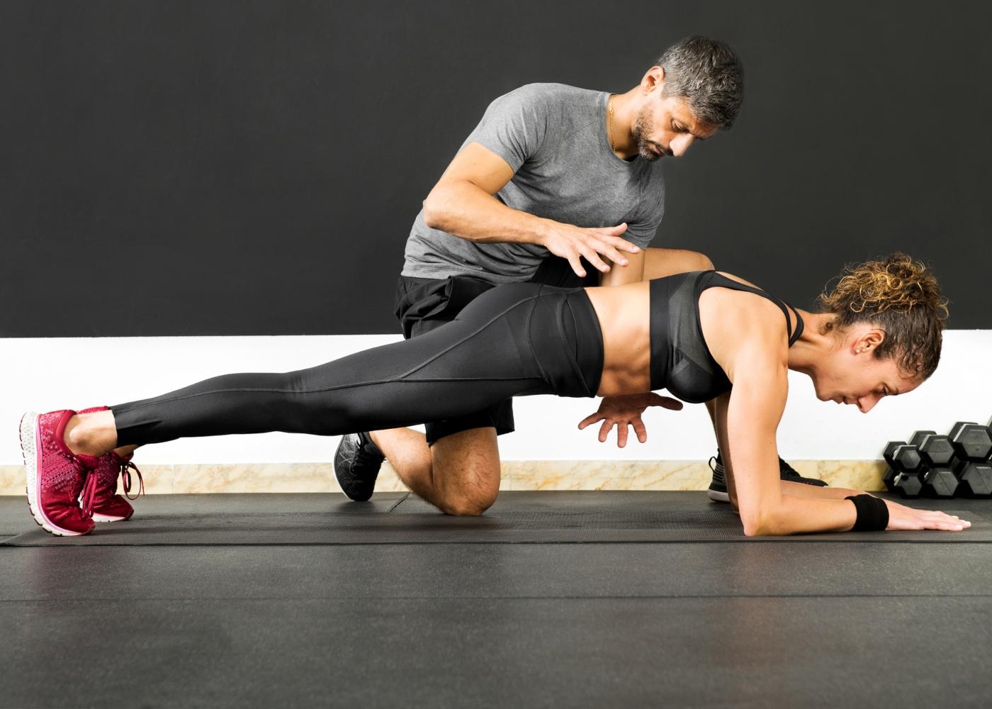PT a corrigir postura de atleta durante treino