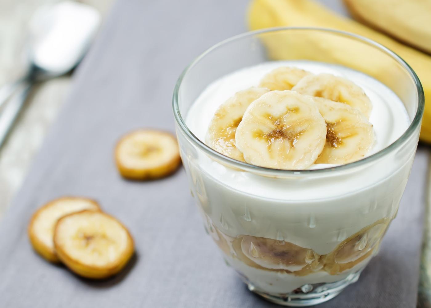 Pudim de banana servido num copo de vidro