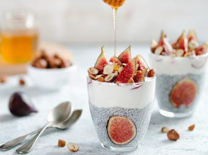 Pudim saudável de chia servido com figos e mel
