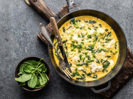 Receitas básicas: omelete servida numa frigideira