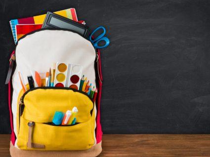 Mochila com material escolar necessário para o regresso às aulas